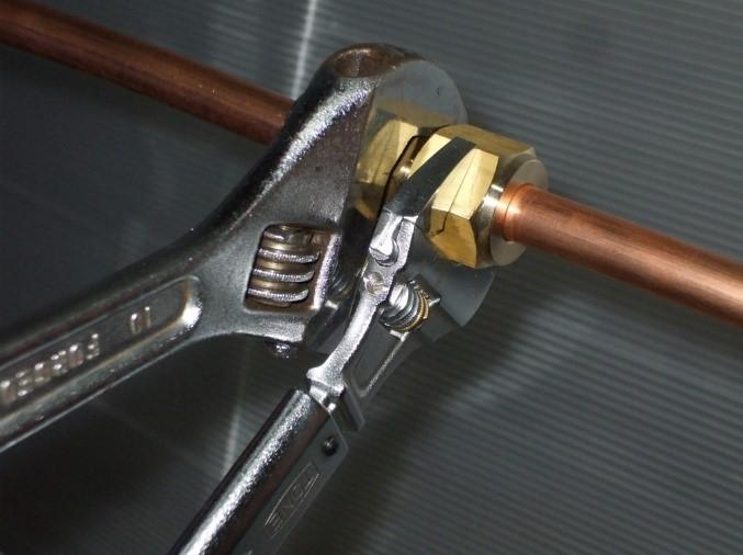 銅管配管のブローと組付け